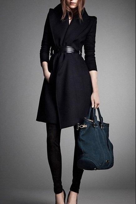 Девушка в шикарном пальто с ремнем на поясе