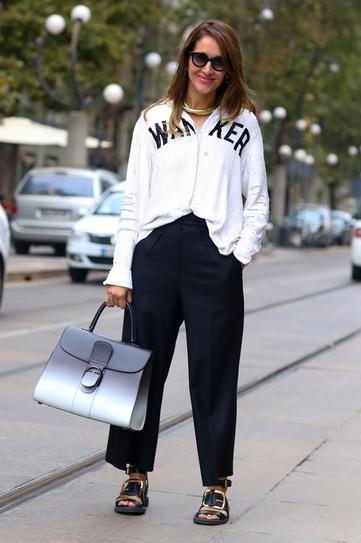 Девушка в широких брюках и небрежно заправленной толстовке