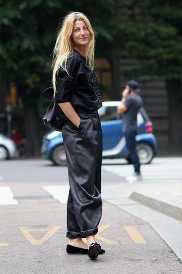 Девушка в широких штанах Аля-Аладин, балетках и черной блузе