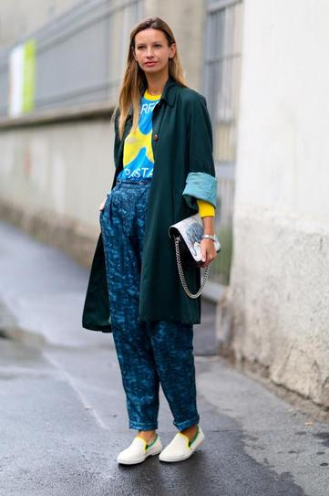 Девушка в широких штанах, футболке и плаще