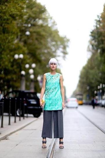 Девушка в широких штанах и длинном топе