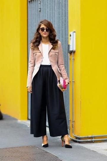 Девушка в широких штанах по щиколотку и пиджаке