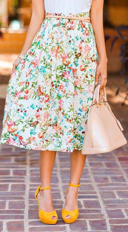Девушка в широкой юбке миди с цветочным принтом и желтой обуви