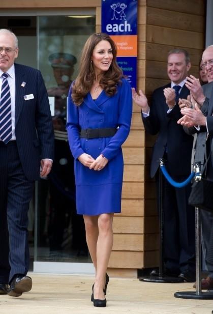 Кейт Миддлтон в синем платье-футляр и черный пояс на талии
