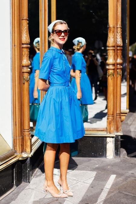 Девушка в синем платье ретро стиля