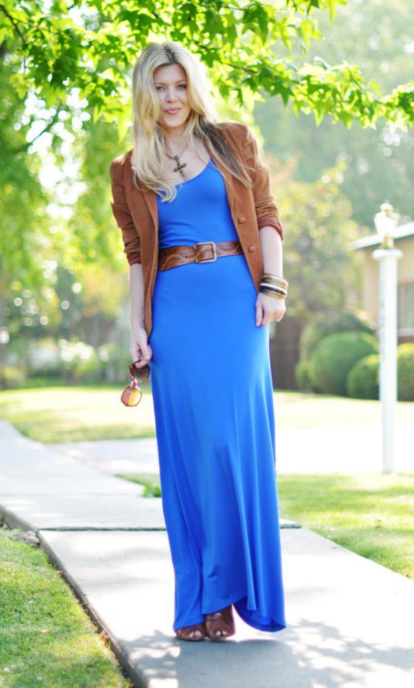 Девушка в синем узком платье в пол и коричневый жакет
