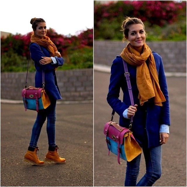 Девушка в синих джинсах, пальто, коричневых тимберлендах с шарфом-хомутом на шее