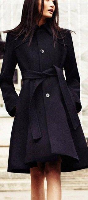 Девушка в стильном, черном пальто до колен