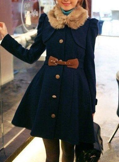 Девушка в темно-синем пальто украшенном мехом