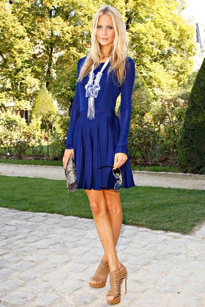 Девушка в темно-синем платье с длинными рукавами