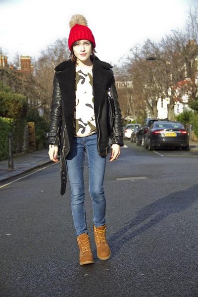 Девушка в тимберлендах, джинсах и кожаной куртке