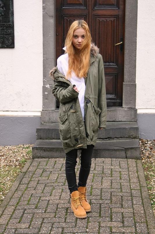 Девушка в тимберлендах, джинсах и парке
