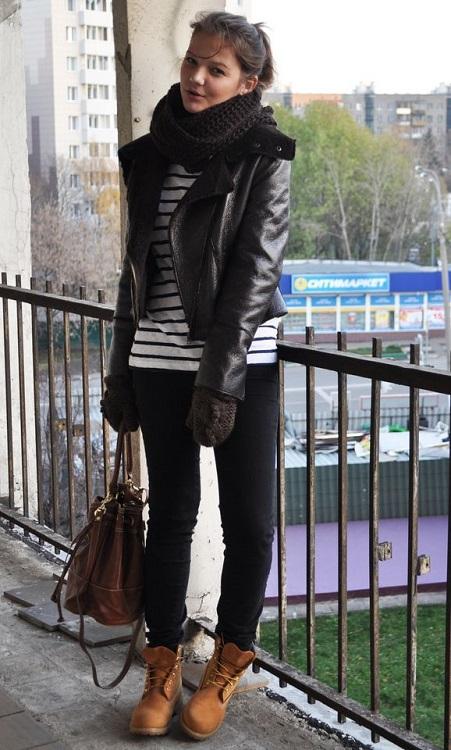 Девушка в тимберлендах, кожаной куртке, джинсах с шарфом на шее
