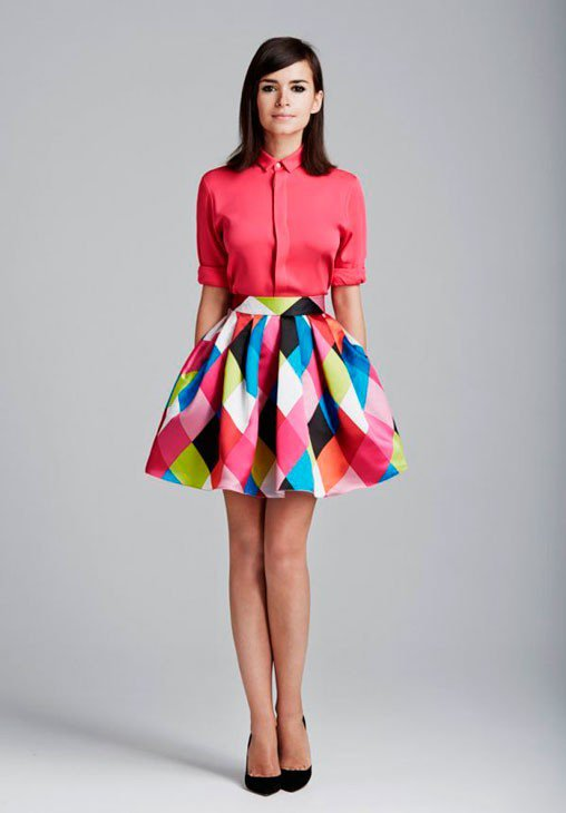Девушка в цветной юбке колокол и блузе