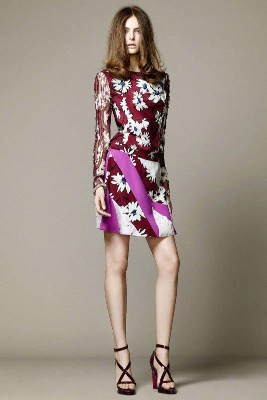 Девушка в цветочном платье от NINA RICCI