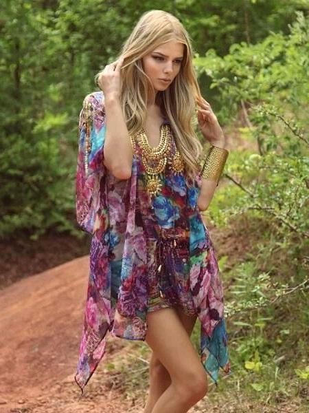 Девушка в цветочном платье с украшениями и широким браслетом на руке