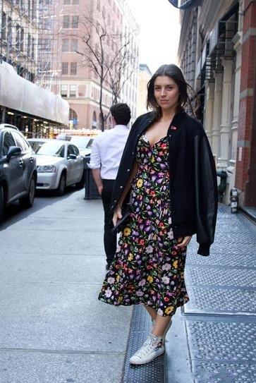 Девушка в цветочном платье, спортивных кедах и куртке