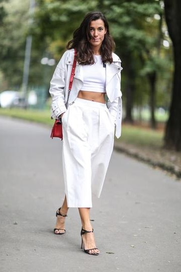 Девушка в укороченных, широких штанах и коротком топе