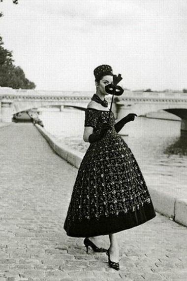 Девушка в вечернем платье от Dior