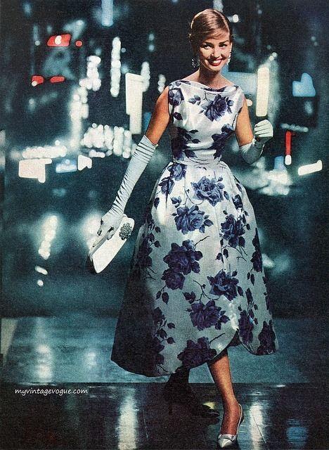 Девушка в вечернем, ретро платье с цветочным принтом