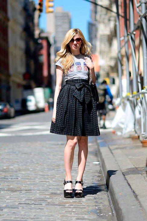 Девушка в юбке колокол и серой футболке