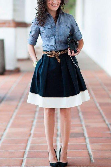 Девушка в юбке колокол с леопардовым ремнем на поясе и рубахе