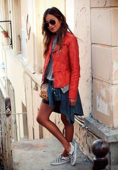 Девушка в юбке, повязанной на поясе рубахе и красной куртке