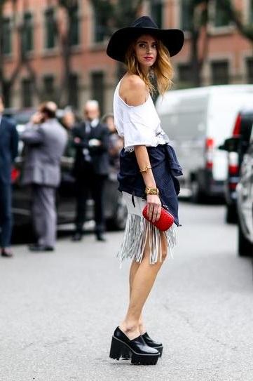 Девушка в юбке с бахромой и широкополой шляпе