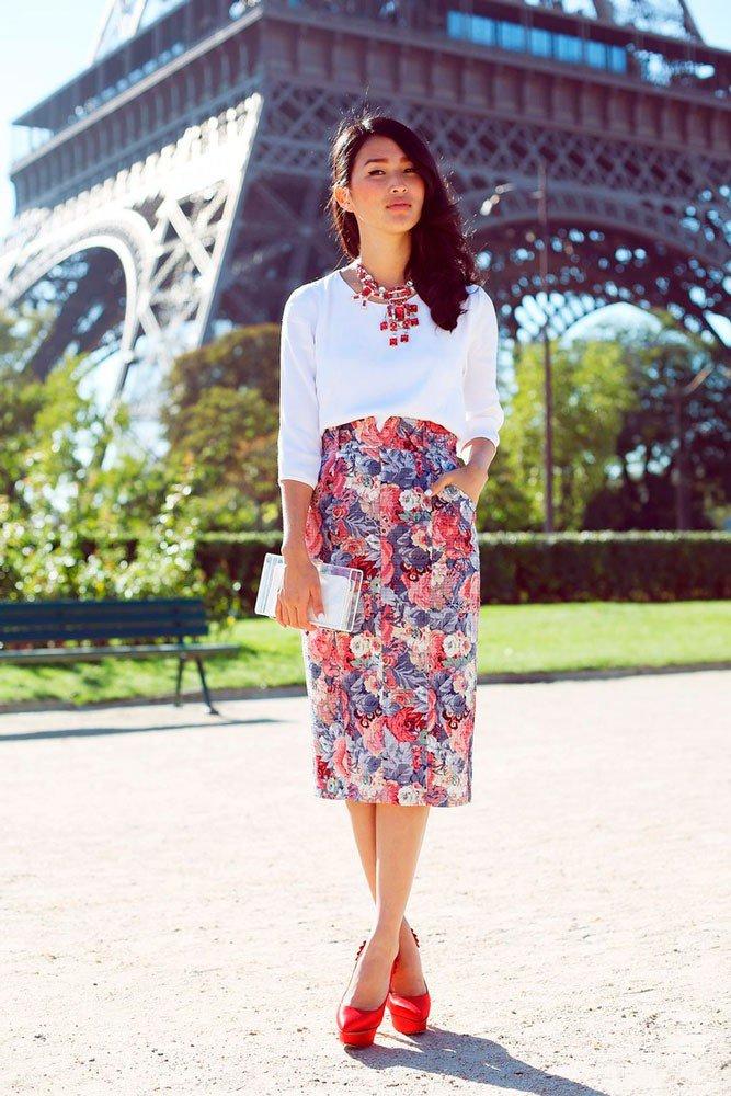 Девушка в юбки миди с цветочным принтом