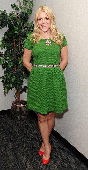 Девушка в зеленом платье и алых туфлях