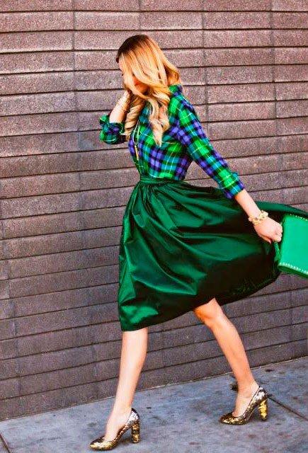 Девушка в зеленой, пышной юбке миди, зеленой рубахе и золотистых туфлях