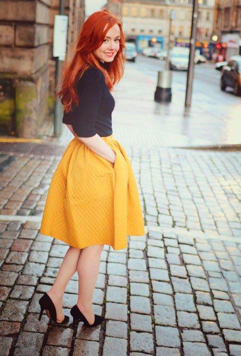 Девушка в желтой юбке колокол и темно синей водолазке