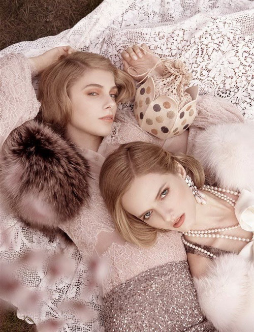 Девушки в платьях в стиле Гетсби и меховые накидки