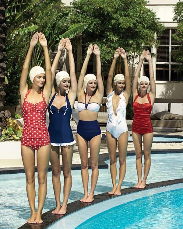Девушки в разнообразных, ретро купальниках