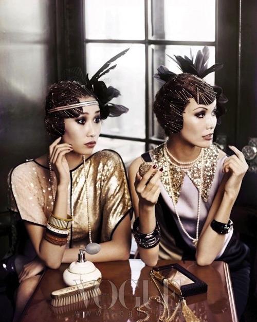 Девушки в золотых платьях в стиле Гэтсби, шляпки с перьями