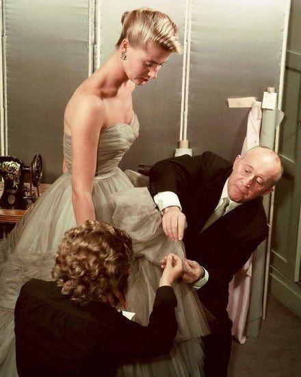 Кристиан Диор поправляет платье модели, платье в стиле New Look