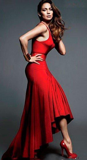 Дженнифер Лопес в вечернем, красном платье и красных туфлях на высой шпильке