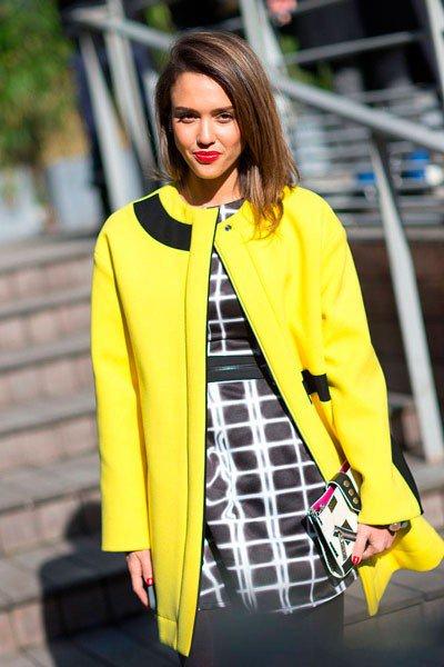Джессика Альба в ярко желтом пальто. Уличная мода Парижа осень 2014
