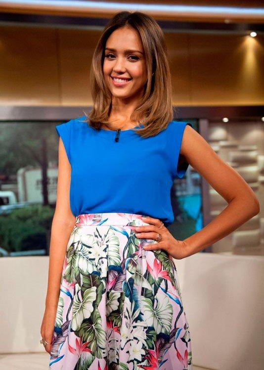 Джессика Альба в юбке миди с тропическим принтом и синем топе