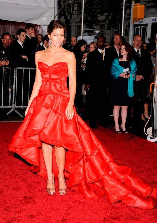 Джессика Бил в красном платье со шлейфом и туфлях мягко-розового цвета