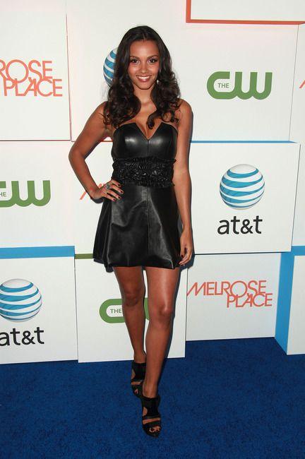 Джессика Лукас в кожаном платье-корсете в стиле вамп