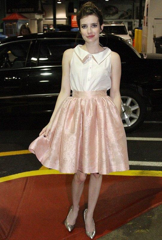 Эмма Робертс в широкой, розовой юбке колокол