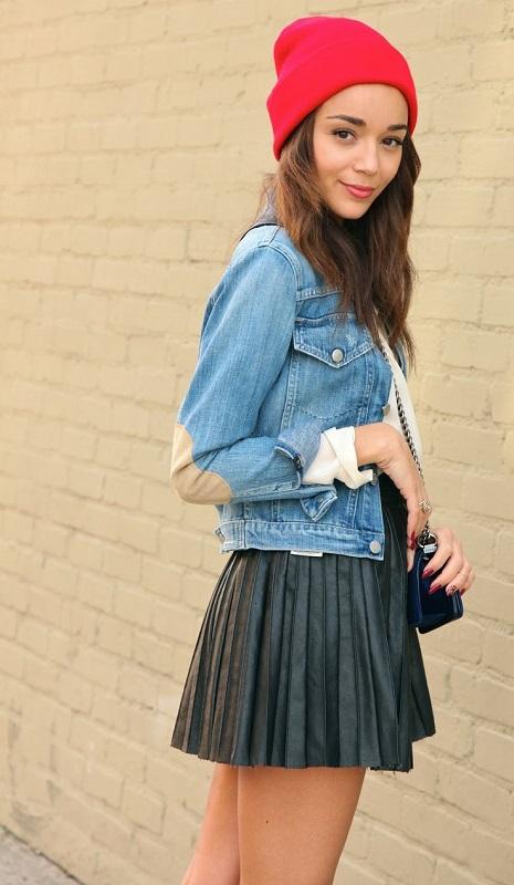 Эшли Мадекви в короткой юбке и джинсовке