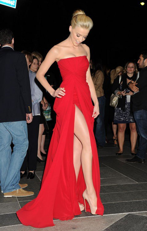 Эмбер Хёрд в длинном красном платье и туфлях бежевого цвета на очень высокой шпильке