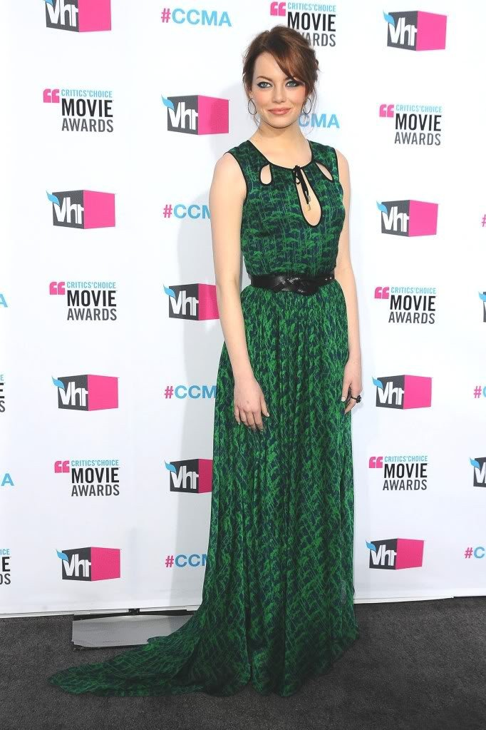 Эмма Стоун в длинном, зеленом платье с черным ремнем на поясе