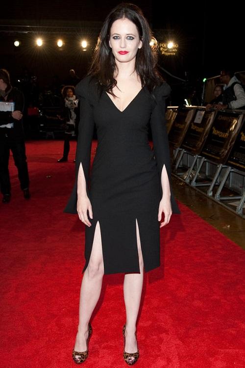 Ева Грин в черном платье с вырезом и леопардовых туфлях в стиле вамп