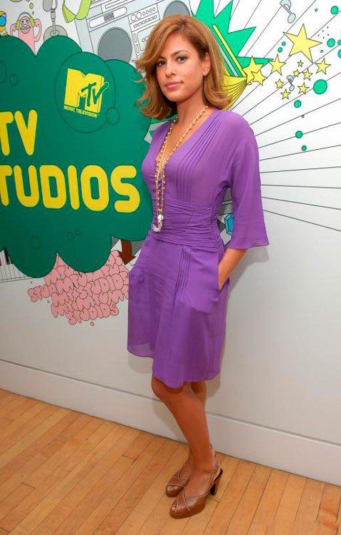 Ева Мендес в красивом, фиолетовом платье с бусами на шее и коричневой обуви