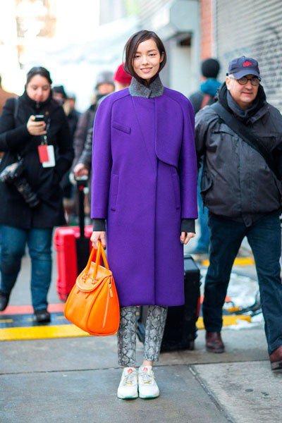 Fei Fei Sun с сумкой от Alexander McQueen