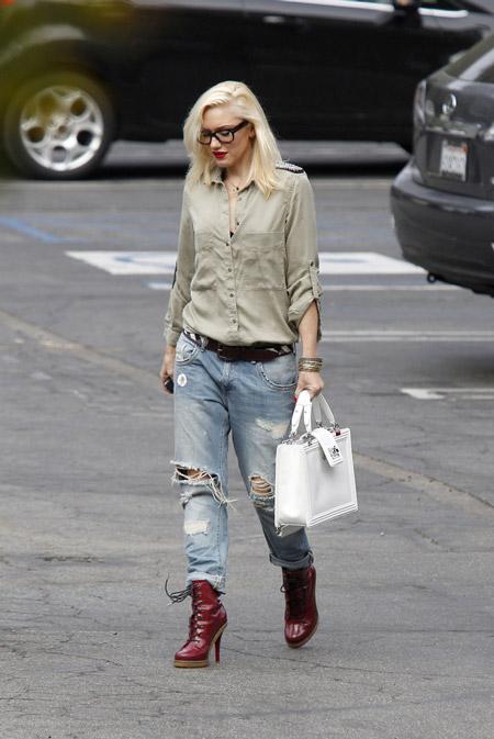 Гвен Стефани носит бойфренды с бордовыми ботинками на шпильке и рубахой