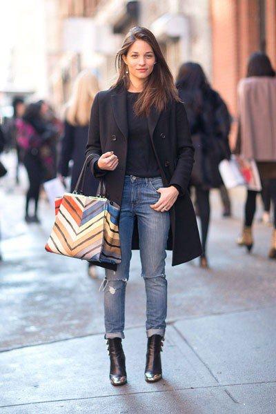 Вау, джинсы бойфренды и черное пальто, смотрится очень шикарно